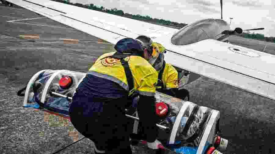 Juan Carlos Lara, um paciente de covid-19, sobe em aeroambulância em Iquitos, Peru, com destino a Lima - AFP