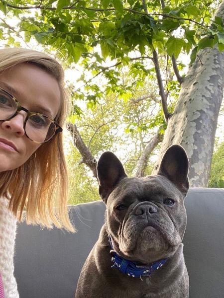 Reese Witherspoon posa com Pepper em selfie postada semanas antes da morte da chorrinha - Reprodução/Instagram