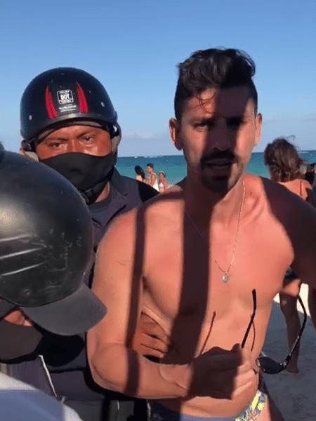 Policiais chegaram a algemar casal, que contou com apoio de outros banhistas para não ser preso - Reprodução/Facebook/Maritza Escalante Moraes