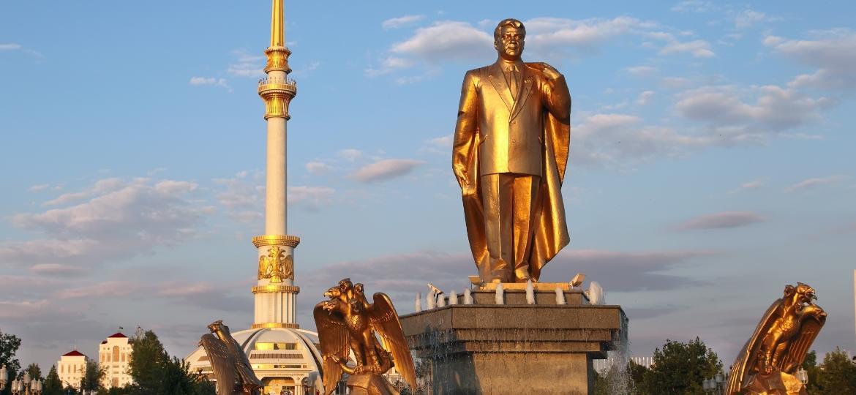 """Praça em Ashgabat, no Turcomenistão, """"o país mais estranho"""" que Erika visitou e um dos mais fechados do mundo - Getty Images/iStockphoto"""