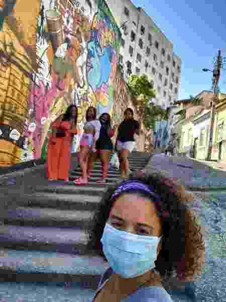 Gabriela Palma, da Sou+Carioca, com um grupo de turistas - Reprodução/Instagram - Reprodução/Instagram