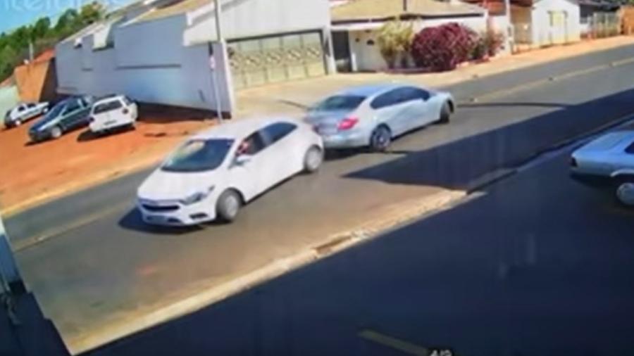 Carros batem de traseira em Itápolis (SP) - Reprodução