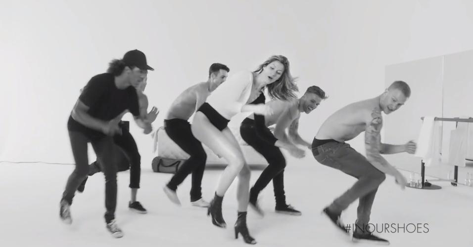 Gisele Bündchen dançacom homens descamisados em nova campanha publicitária