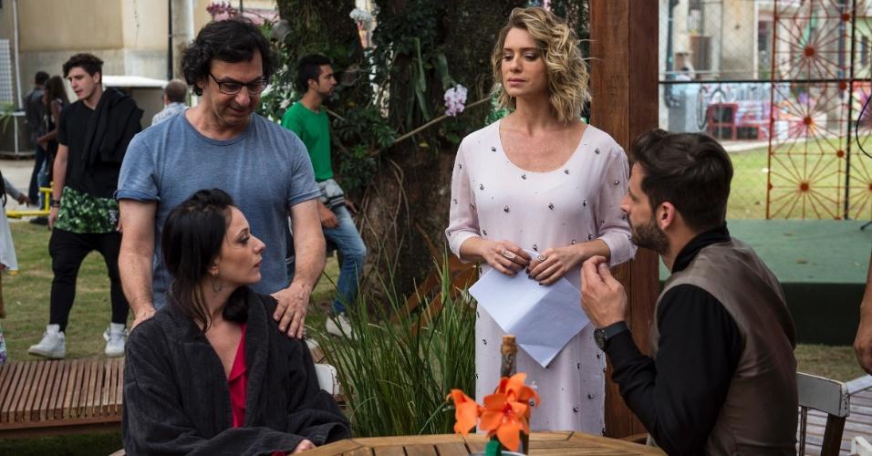 Ainda de roupão, Carol Abras recebe instruções do diretor Carlos Araújo para a cena com Letícia Spiller e Henri Castelli