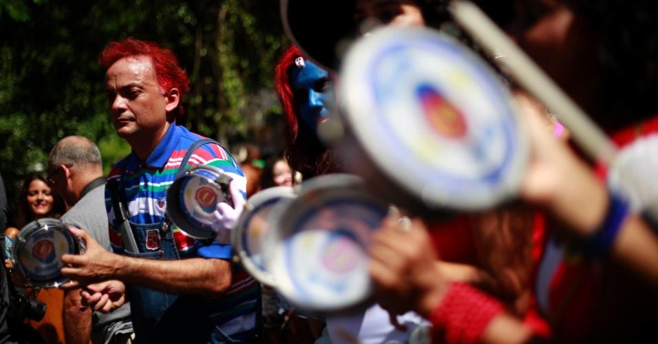 23.jan.2015 - Com look colorido, foliões foram às ruas para acompanhar o Bloco Desliga da Justiça