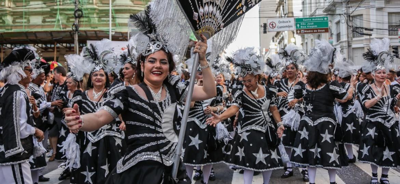O bloco lírico Confete e Serpentina desfila pela ruas do Recife antigo - Roberta Guimarães - 8.fev.2016/UOL