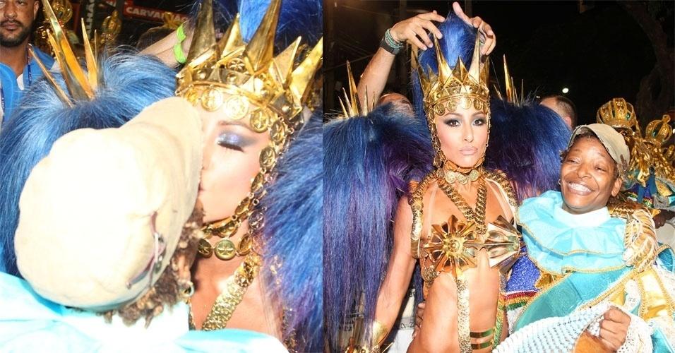 9.fev.2016 - Sabrina Sato dá selinho em Mart'nália no segundo dias de desfiles das escolas de samba do Rio. No dia anterior, a apresentadora da Record foi fotografada dando um selinho em Cláudia Leitte