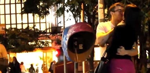 Luis Desiro beija mulher em vídeo do YouTube no qual ensina homens a pegar desconhecidas - Reprodução