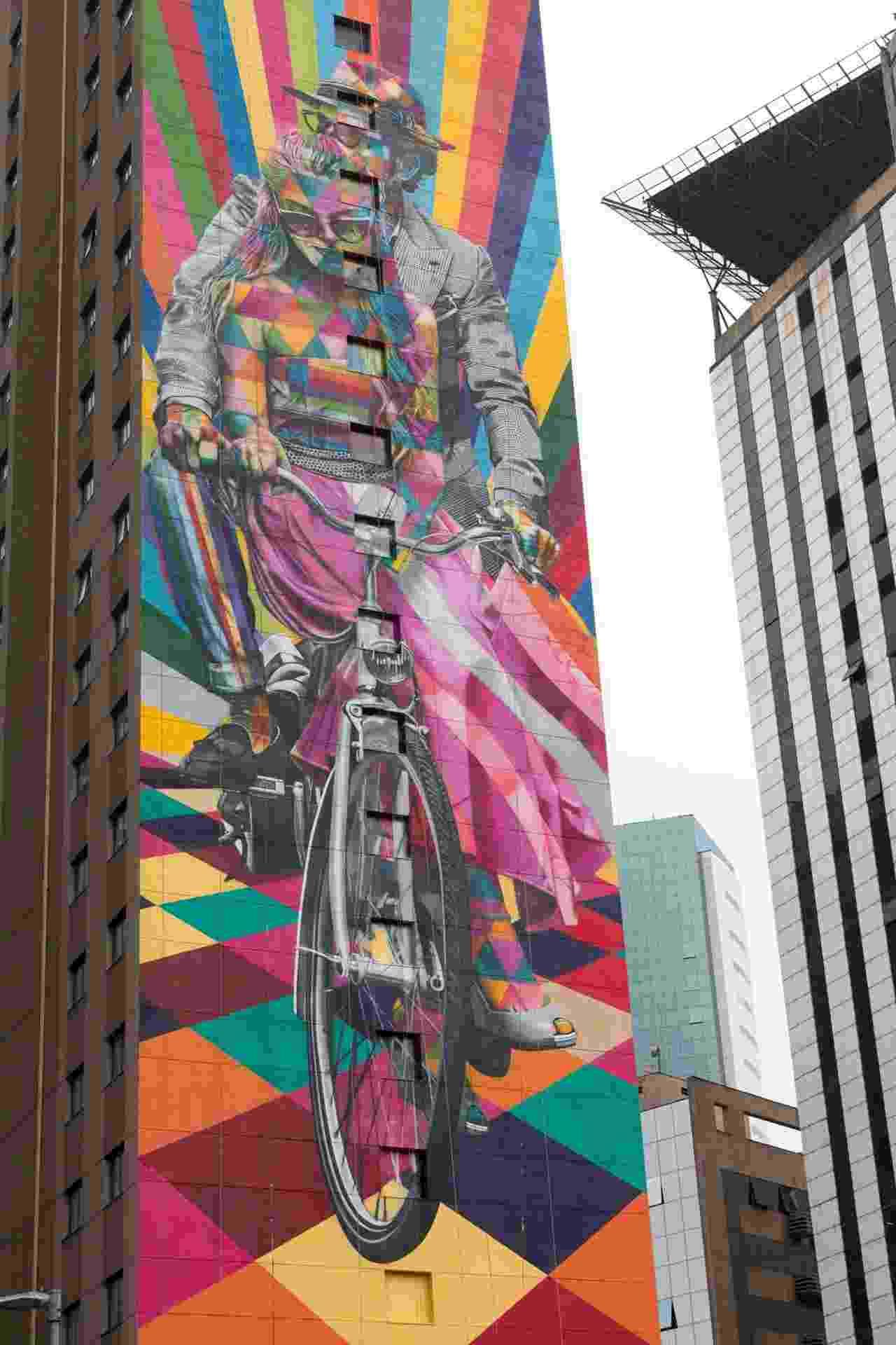 12.set.2016 - Vista da obra do artista Eduardo Kobra na lateral do hotel Ibis Styles Faria Lima, em São Paulo. O mural tem como tema as bicicletas, reforçando a importância da mobilidade urbana - Mateus Reppucci/Futura Press/Folhapress