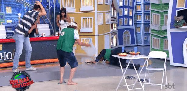 Ratinho tropeça em degrau e leva forte tombo durante gravação de programa - Reprodução/SBT.com.br