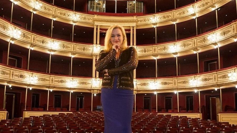 A brasileira Ligia Amadio primeira mulher a ocupar o cargo de diretora da Orquestra Filarmônica de Montevidéu - Carlos Dossena/Reprodução/Facebook