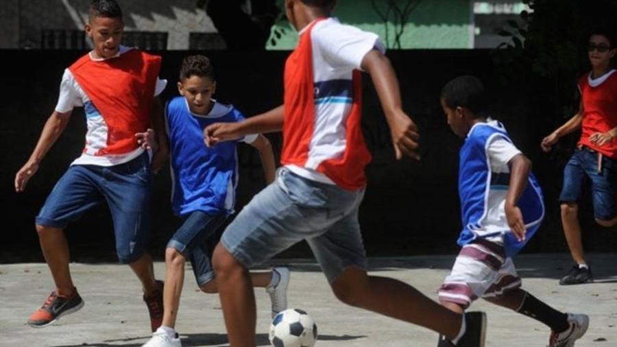 A experiência que as crianças têm em aulas de educação física pode ter consequências a longo prazo, diz especialista - Tânia Rego/Agência Brasil