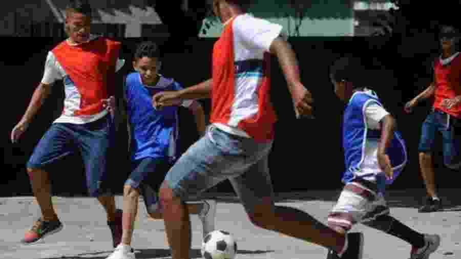 Crianças jogam futebol durante aula de Educação Física - Tânia Rego/Agência Brasil