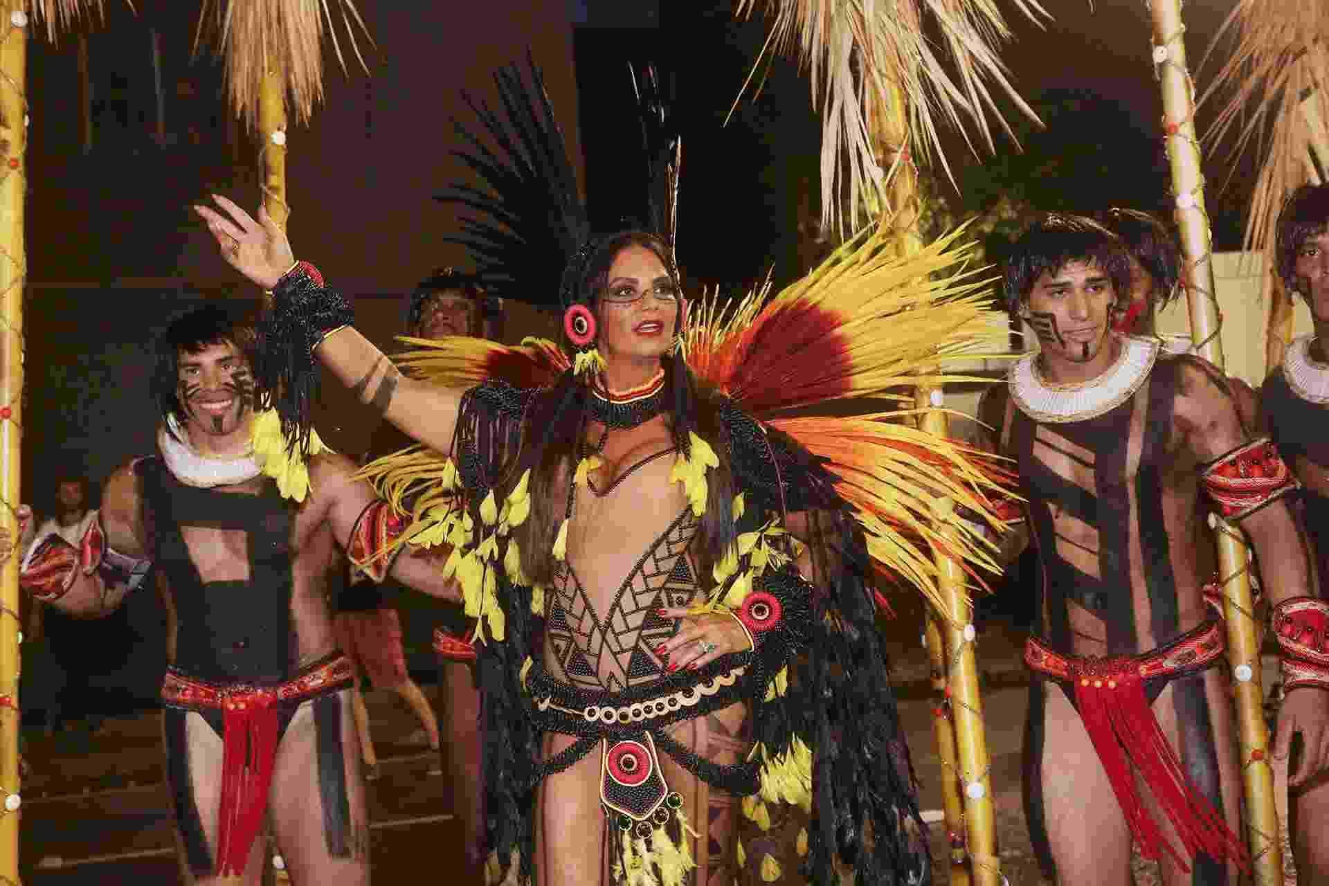 """Vestida de índia, a musa Luiza Brunet se prepara para entrar na avenida com a Imperatriz Leopoldinense, que levará para a Sapucaí o enredo """"Xingu, o clamor que vem da floresta"""" - iwi Onodera/UOL"""