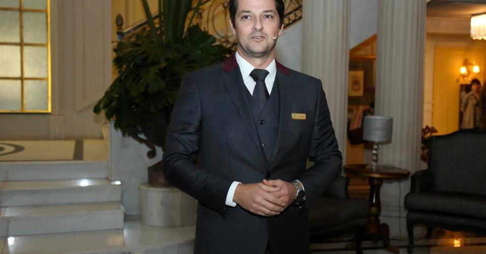 """Marcelo Serrado recebe convidados no fictício hotel Carioca Palace, cenário da novela """"Pega Pega"""""""