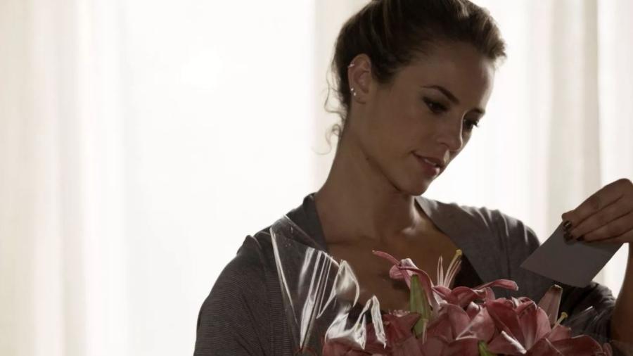 """""""A Força do Querer"""": Jeiza recebe flores de Caio, após beijo - TV Globo"""