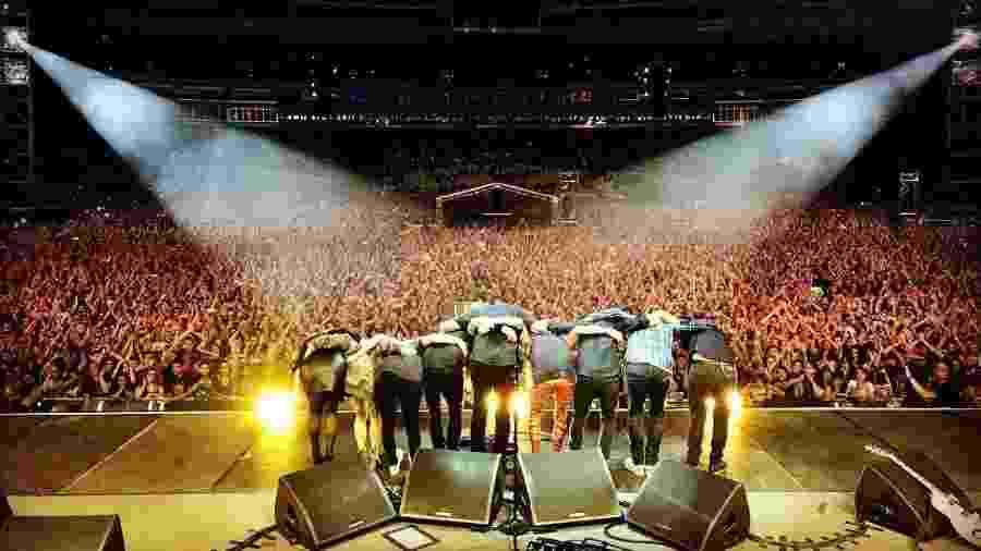 Integrantes do Foo Fighters agradecem ao público após um show em São Paulo em 2018 - Divulgação