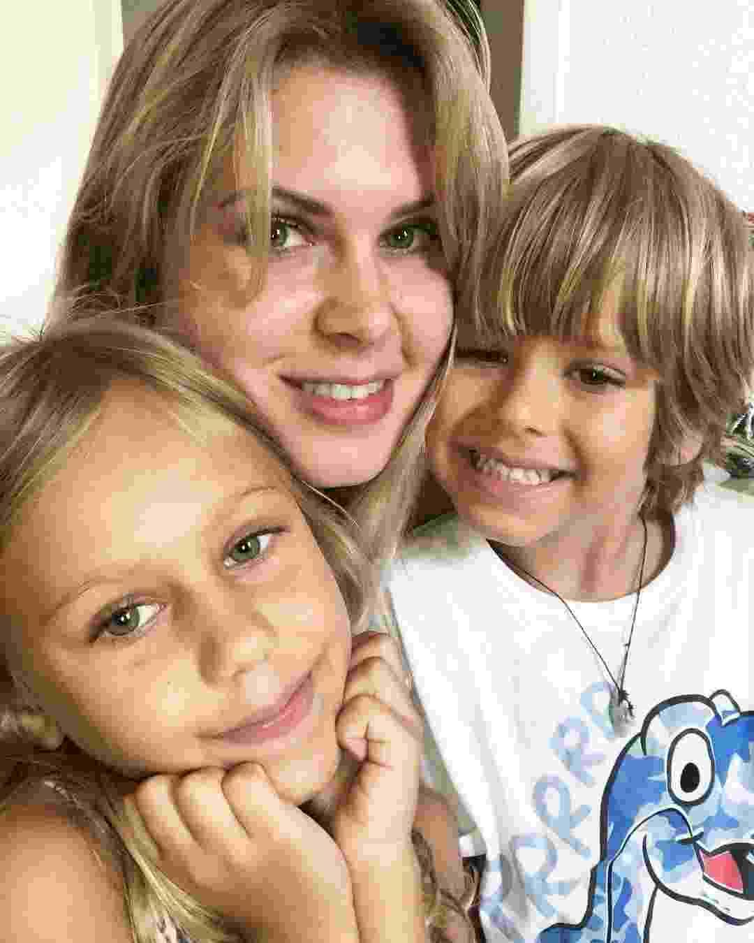 Carolinie Figueiredo e os filhos Bruna e Theo - Reprodução/Instagram/Carolinie Figueiredo