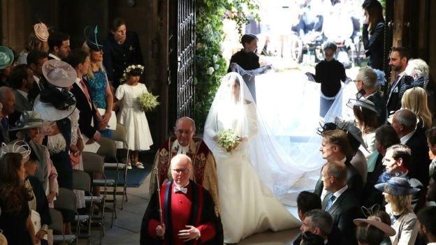 O momento em que a noiva Meghan Markle entra na capela
