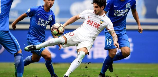 Alexandre Pato tenta ser liberado pelo Tianjin Quanjian, da China - AFP