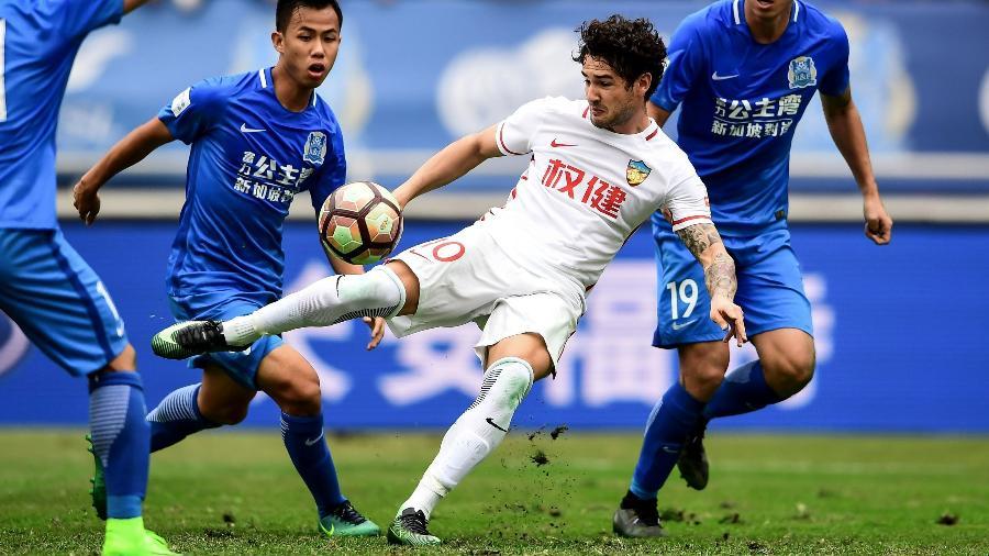 Alexandre Pato defende o Tianjin Quanjian - AFP