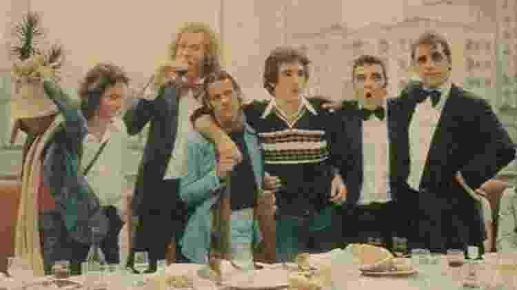 Ney Matogrosso posa com Gerson Conrad e integrantes do Joelho de Porco  - Reprodução
