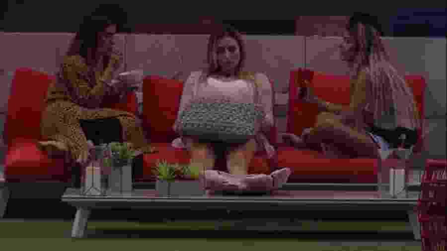 Paula, Carolina e Hariany conversam na área externa - Reprodução/GloboPlay