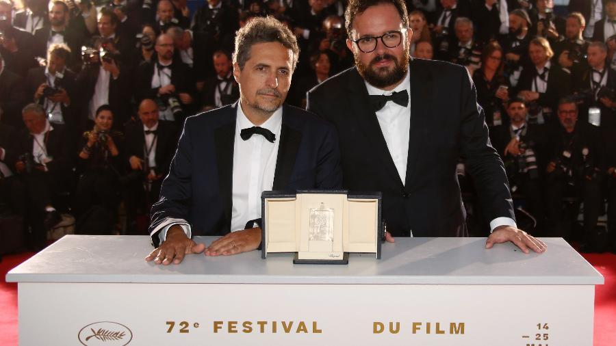 Kleber Mendonça Filho e Juliano Dornelles posam para fotos após receberem prêmio - Regis Duvignau/Reuters