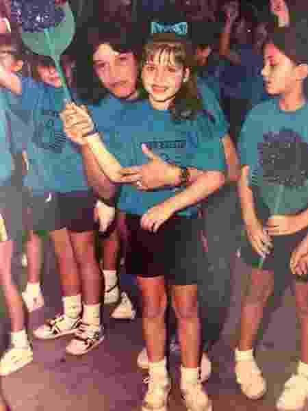 Monique Alfradique quando criança ao lado de sua professora - Reprodução/Instagram