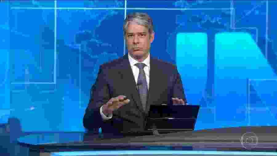 """27.mai.2020 - Com as mãos, William Bonner """"sinaliza"""" que o planeta Terra é esférico, e não plano, como acreditam alguns - Reprodução/TV Globo"""