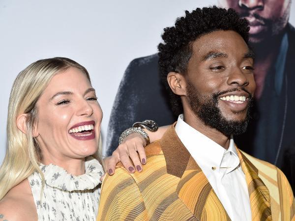 Sienna Miller e Chadwick Boseman em pré-estreia de 'Crime Sem Saída', em Nova York (EUA)