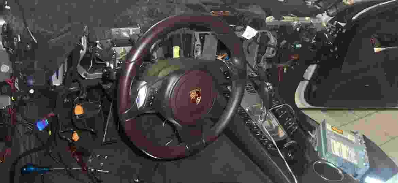 Painel do veículo é inteiramente desmontado em busca das fontes de ruído - Reprodução