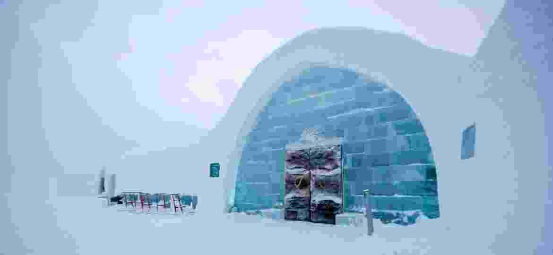Localizado no norte do país, Icehotel busca oferecer experiência que vai além do conforto e acolhe também uma aventura para os seus hóspedes - Divulgação