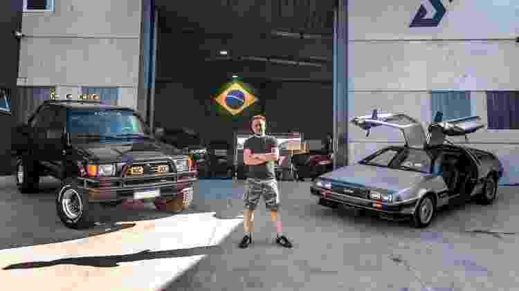 Fernando Silotto posa ao lado de DeLorean e Hilux de De Volta Para o Futuro - Reprodução/Diego Garcia @photodiegogarcia - Reprodução/Diego Garcia @photodiegogarcia