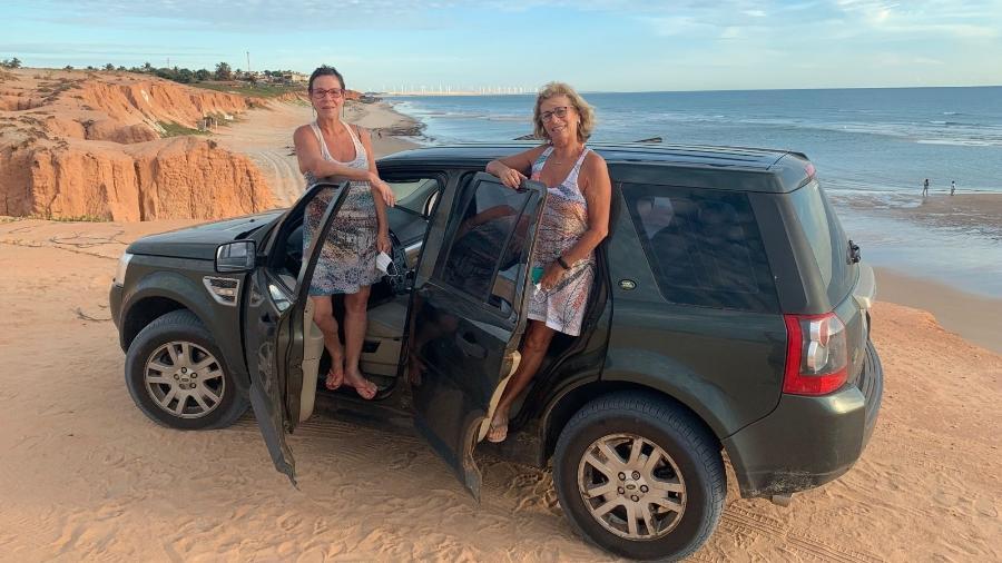 As irmãs Patrícia e Amanda Hungria nas falésias de Canoa Quebrada, no Ceará - Arquivo pessoal