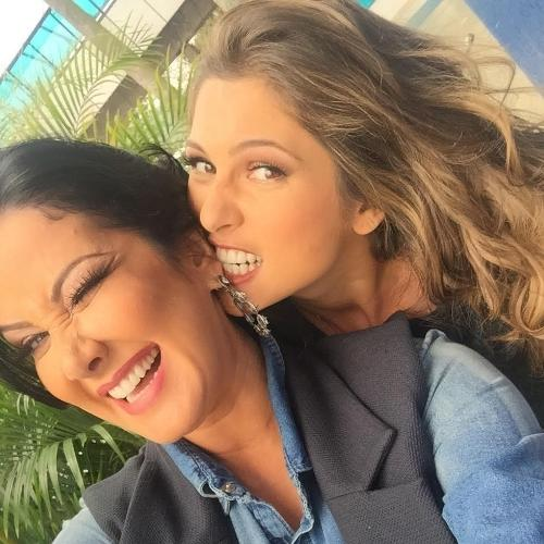 2.jul.2015 - Lívia Andrade e Helen Ganzarolli posaram juntas em clima de amizade nos bastidores da gravação do