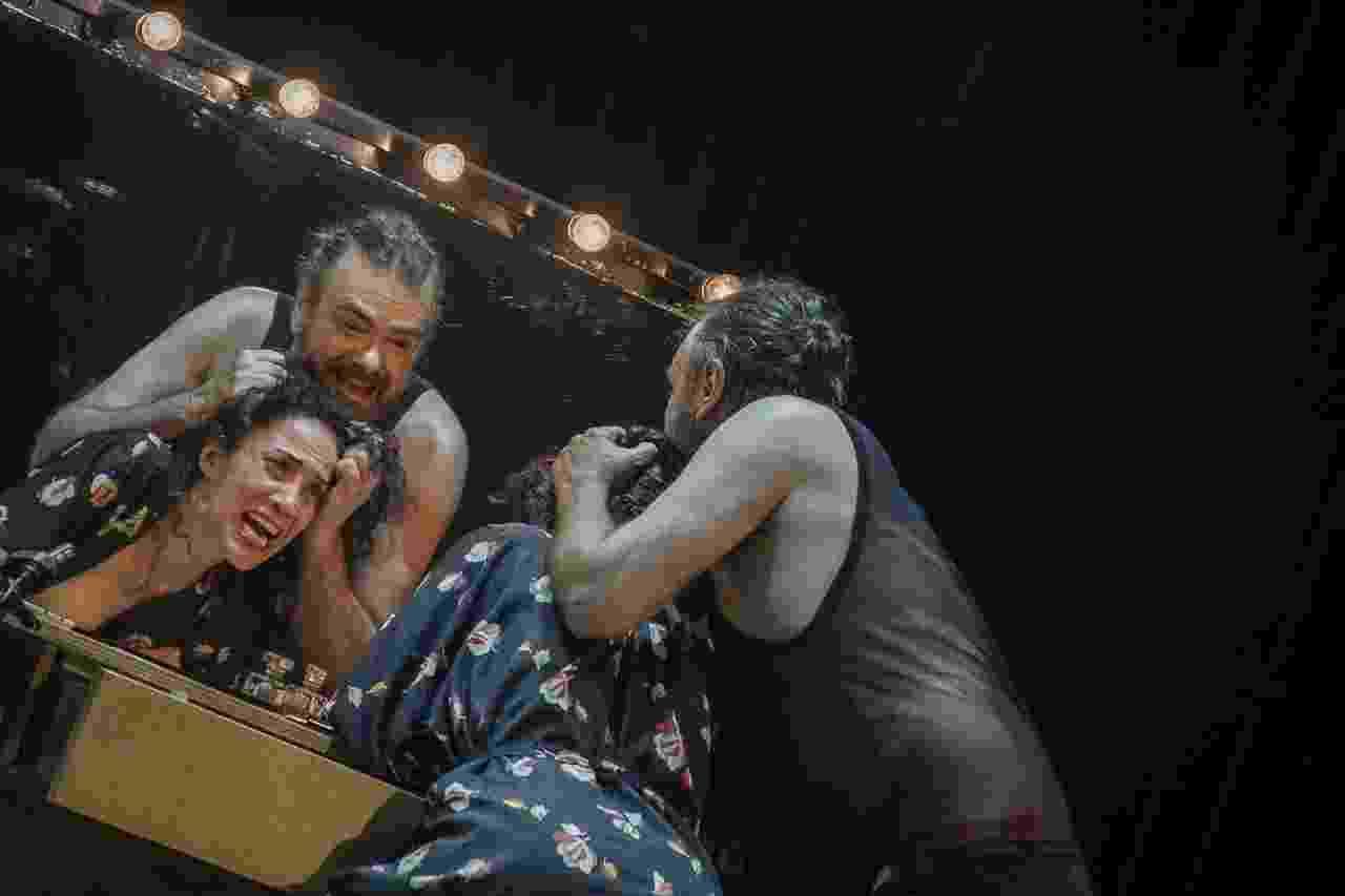 """Cena da peça """"Navalha na Carne"""", escrita em 1967 por Plínio Marcos e remontada em 2015 pelo grupo Oficina, em São Paulo - Jennifer Glass/UOL"""