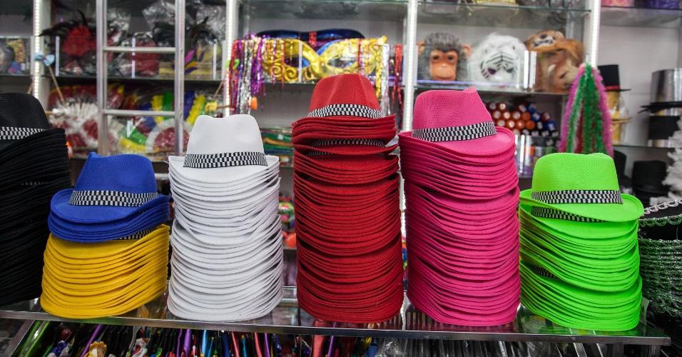 O chapéu colorido com faixa custa R$ 6 na loja Império das Festas (Ladeira Porto Geral, 55 ? Centro/ SP). É só escolher a cor!