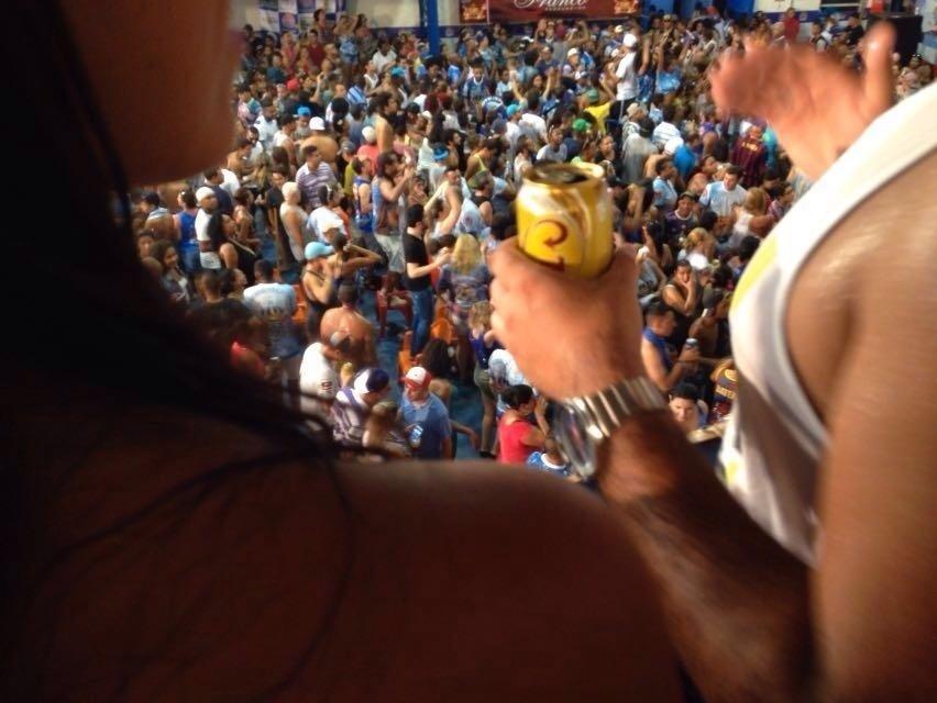 9.fev.2016 - Foliões lotam quadra da Império na comemoração do título do Carnaval 2016 de São Paulo