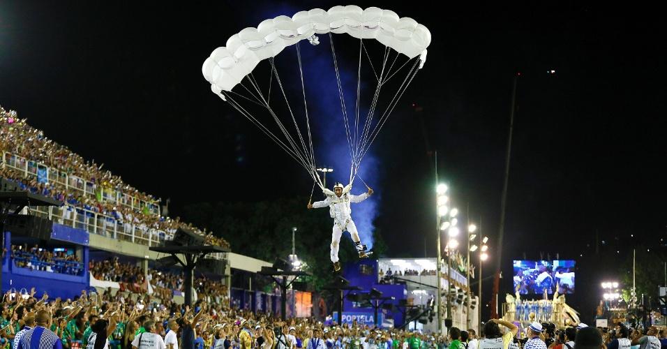 9.fev.2016 - O paraquedista Gui Pádua surge no céu da Sapucaí no início do desfile da Portela