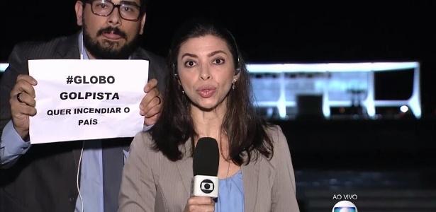 """Repórter do """"Jornal da Globo"""" foi surpreendida com cartaz - Reprodução /TV Globo"""