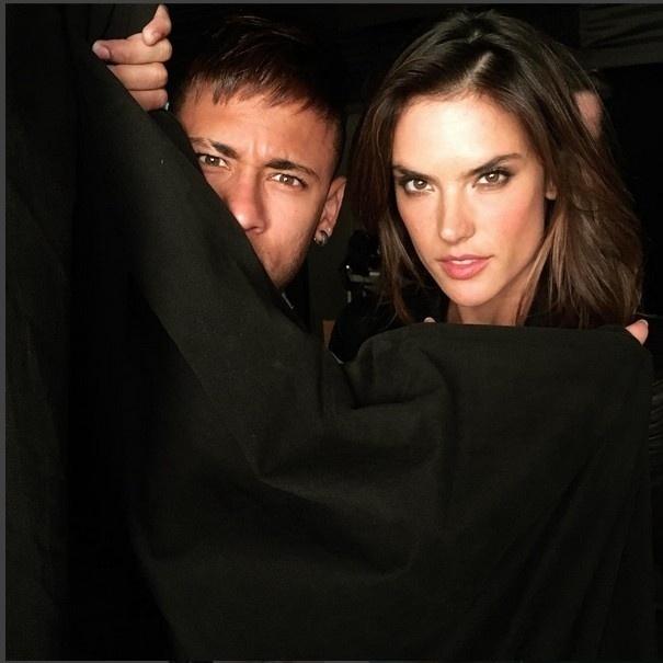 17.mar.2016- Alessandra Ambrósio e Neymar estão mais uma vez juntos em 3f0b2bc800ff9