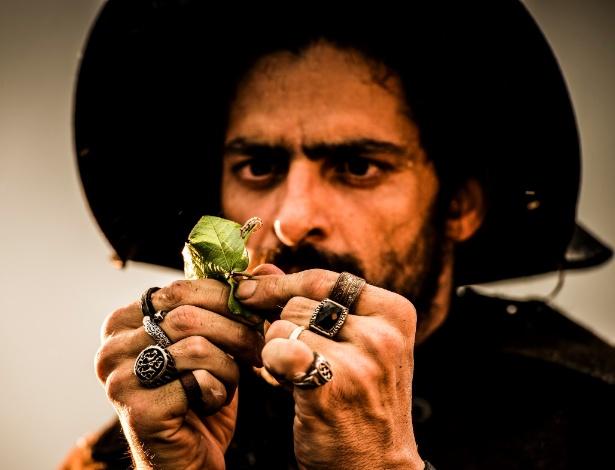 """O figurino preto, as armas e os anéis ajudam na construção do """"protetor de um império"""" Clemente, em """"Velho Chico"""", acredita o ator Julio Machado - Caiuã Franco/Globo/Divulgação"""