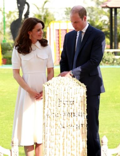 11.abr.2016 - Kate Middleton e o príncipe William fazen visita oficial ao Gandhi Smritim, local em Nova Déli onde o líder indiano Gandhi foi assassinado