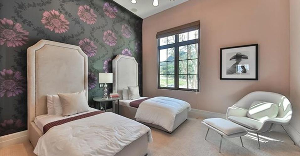 Um dos 5 quartos localizados na mansão de Britney Spears tem papel de parede floral com fundo escuro, que cria um contraste interessante com as duas camas com cabeceiras estofadas. À direita, uma poltrona Womb (desenhada por Eero Saarinen) com pufe convida ao descanso. A residência fica na Califórnia, Eua, e está à venda por US$ 8,9 milhões, oU R$ 32 milhões (cotação do dia 13.maio.2016)