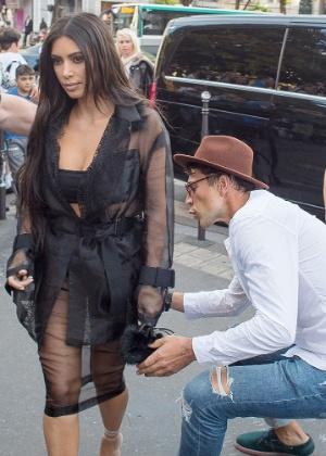 Homem tenta beijar bumbum de Kim Kardashian em Paris - AKM