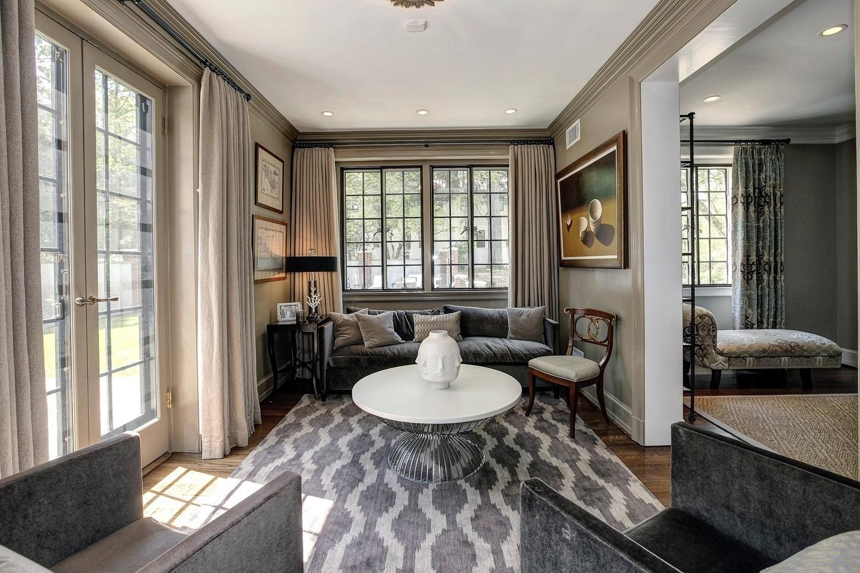 Casa do Obama - Em mais uma sala de estar, o espaço é ideal para um chá ou para um dos moradores relaxar e abrir um bom livro. A iluminação natural entra tanto pela janela, quanto pela porta de vidro (à esq.), que dá para o jardim da casa. As aberturas