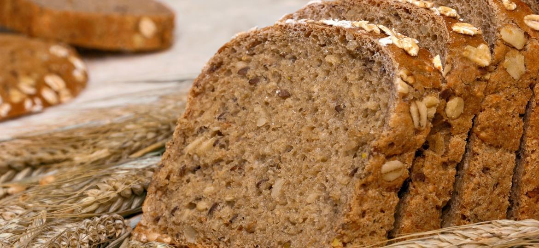 Para ter certeza de que o pão é integral, leia a lista de ingredientes: o primeiro a aparecer deve ser a farinha integral - Getty Images