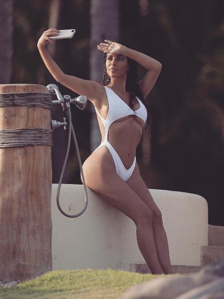 "Kim Kardashian ? Maiô branco com ""underboob"" - Reprodução/Instagram/kimkardashian"