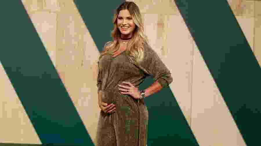 Andressa Suita posa grávida durante desfile - Andressa Suita ganha enxoval de fãs e compra imagem de santa para filho
